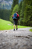 Camminare nordico bello attivo del giovane Immagini Stock