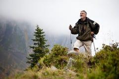 Camminare nordico bello dell'uomo maggiore Fotografia Stock