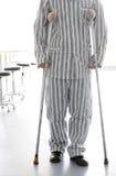 Camminare paziente con le grucce Immagini Stock Libere da Diritti