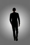 Camminare sicuro dell'uomo d'affari immagini stock