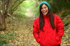 camminare teenager della ragazza della foresta di autunno Fotografia Stock