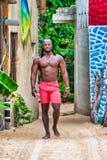 Camminata afroamericana muscolare dell'uomo fotografie stock