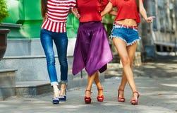 Camminata alla moda delle donne Fotografie Stock