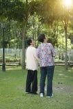 Camminata anziana asiatica delle donne di retrovisione fotografia stock