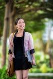 Camminata asiatica abbastanza giovane della donna Fotografia Stock