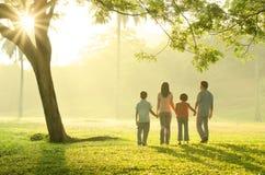 Camminata asiatica della famiglia all'aperto Fotografia Stock Libera da Diritti