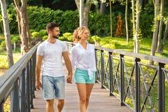 Camminata degli amanti nella sosta Immagini Stock Libere da Diritti