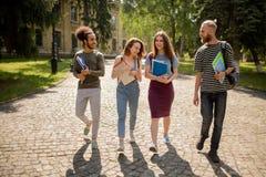 Camminata degli studenti della città universitaria di giorno soleggiato Immagine Stock