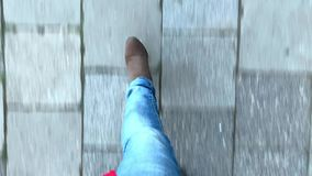 Camminata dei piedi di vista superiore video d archivio