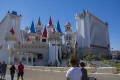 Camminata dei turisti del casinò dell'hotel del excalibur di Las Vegas fotografia stock libera da diritti