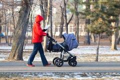 Camminata del bambino & della madre Immagine Stock