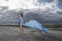 Camminata del modello di moda Fotografie Stock