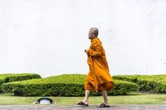 Camminata del monaco buddista Fotografie Stock Libere da Diritti