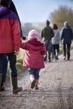 Camminata del paese della famiglia Fotografia Stock
