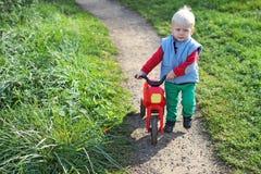 Camminata del ragazzino Fotografia Stock