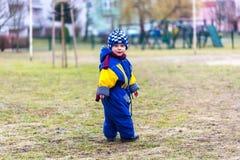 Camminata del ragazzino all'aperto sul parco della città Fotografia Stock