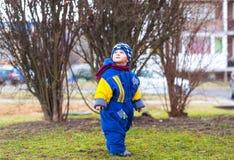 Camminata del ragazzino all'aperto sul parco della città Immagine Stock
