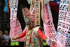 Camminata dell'uomo dell'esecutore dipinta fronte di carnevale di Notting Hill immagini stock libere da diritti