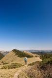 Camminata dell'uomo nella montagna Fotografia Stock Libera da Diritti