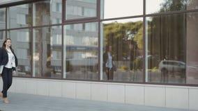 Camminata della donna di affari all'aperto in città impiegato di concetto dentro in città stock footage