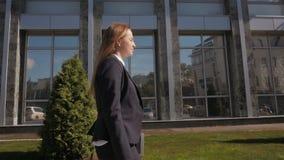 Camminata della donna di affari all'aperto in città impiegato di concetto dentro in città archivi video