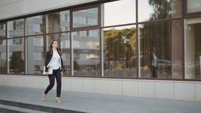 Camminata della donna di affari all'aperto in città impiegato di concetto dentro in città video d archivio