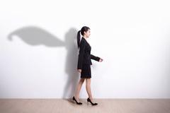 Camminata della donna di affari del supereroe immagine stock libera da diritti
