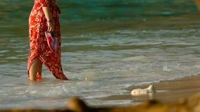 Camminata della donna sulla spiaggia video d archivio