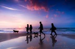 Camminata della famiglia Fotografie Stock