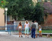 Camminata della famiglia di domenica fotografia stock