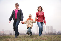 Camminata della famiglia esterna. città. Fotografia Stock Libera da Diritti