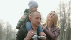 Camminata della famiglia nella sosta archivi video