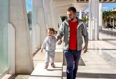 Camminata della figlia e del papà Fotografia Stock