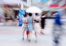 Camminata della gente nella via Immagini Stock Libere da Diritti