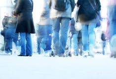 Camminata della gente nella via Fotografia Stock