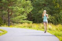 Camminata della giovane donna all'aperto nella foresta Immagini Stock Libere da Diritti