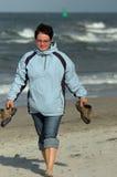 Camminata della ragazza sulla spiaggia Fotografia Stock Libera da Diritti