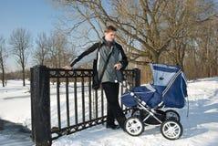 Camminata della sorgente con il bambino Immagini Stock Libere da Diritti