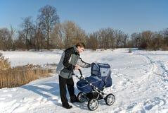 Camminata della sorgente con il bambino Immagini Stock