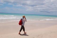 Camminata della spiaggia del viaggiatore con zaino e sacco a pelo Fotografia Stock Libera da Diritti