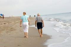 Camminata della spiaggia di mattina Immagine Stock