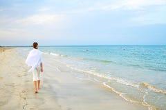 Camminata della spiaggia lungo un puntello Fotografie Stock Libere da Diritti