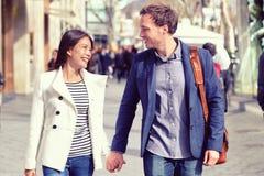 Camminata di flirt delle giovani coppie di datazione nella città immagini stock libere da diritti