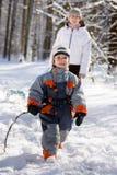 Camminata di inverno nel legno Fotografie Stock Libere da Diritti