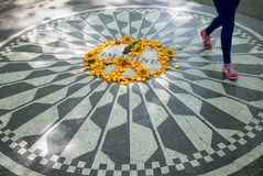 Camminata di John Lennon Memorial Woman Fotografia Stock