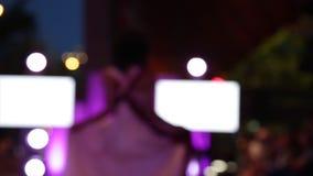 Camminata di modello femminile del bokeh della sfilata di moda archivi video