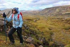 Camminata di pratica del nordico della giovane donna Fotografie Stock Libere da Diritti