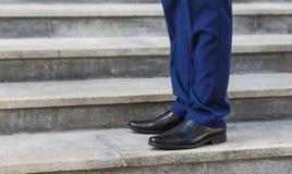 Camminata di sopra: vista del primo piano delle scarpe di cuoio dell'uomo fotografie stock