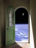 Camminata di spazio attraverso la porta incurvata Fotografia Stock