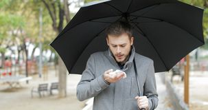 Camminata di starnuto dell'uomo malato sotto la pioggia stock footage